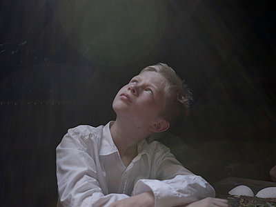 Blond boy looking up dreamily - p945m1154604 by aurelia frey