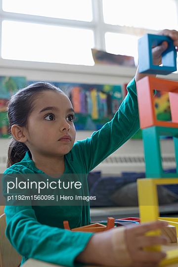 plainpicture - plainpicture p1192m1560095 - Focused preschool girl stac... - plainpicture/Hero Images