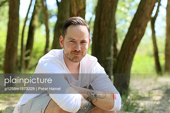 Porträt eines Mannes mit Bart und Tatoe - p1258m1573229 von Peter Hamel
