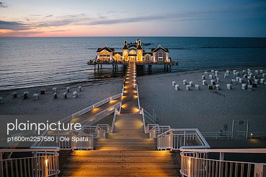 Germany, Mecklenburg-Vorpommern, Rügen, Sea bridge in Sellin in the evening - p1600m2257580 by Ole Spata