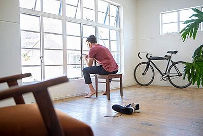 Mann sitzt auf Stuhl - p1156m2007684 von miep