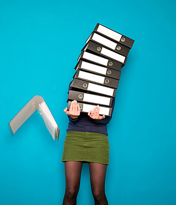Woman with a huge pile of binders - p1231m1041943 by Iris Loonen