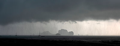 Thailand, view to Koh Poda Island and Koh Kai Islans under thundershower - p300m2028737 von Alun Richardson