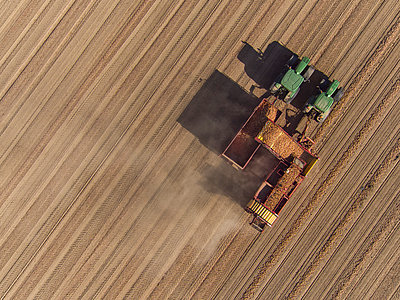 Directly above view of combine harvester in field - p301m1406307 by Stephan Zirwes