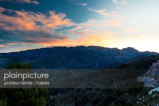 Pyrenäen Berge im Sonnenuntergang - p1076m1169706 von TOBSN