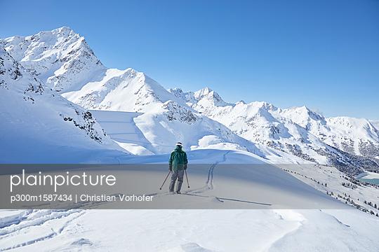 Austria, Tyrol, Kuehtai, skier in winter landscape - p300m1587434 von Christian Vorhofer