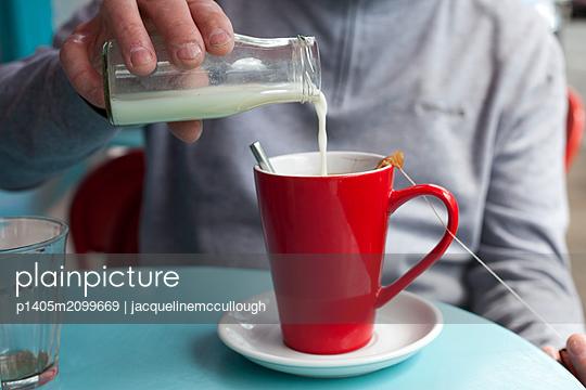 Mann trinkt Tee - p1405m2099669 von jacquelinemccullough