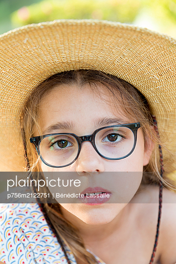 Portrait of girl with straw hat - p756m2122751 by Bénédicte Lassalle