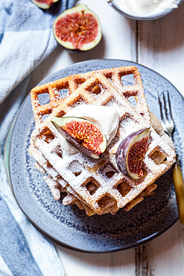 Thick belgian waffles with cream and figs - p300m2156629 von Susan Brooks-Dammann