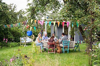 Freunde auf einer Gartenparty - p788m1165387 von Lisa Krechting