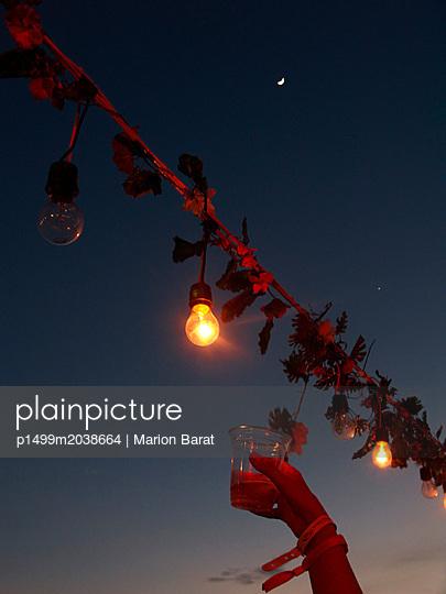 Sommerparty unter Nachthimmel - p1499m2038664 von Marion Barat