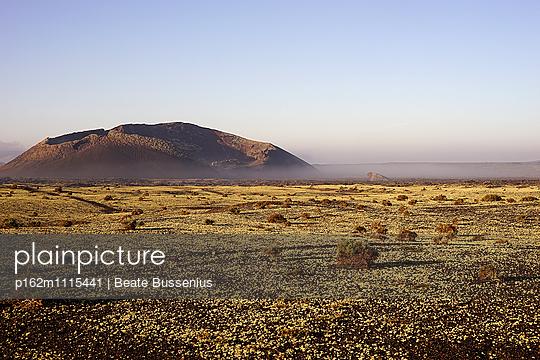 Morgendunst im Naturpark los Volcanes - p162m1115441 von Beate Bussenius