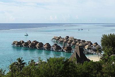 Pfahlbauten in Polynesien - p045m727391 von Jasmin Sander