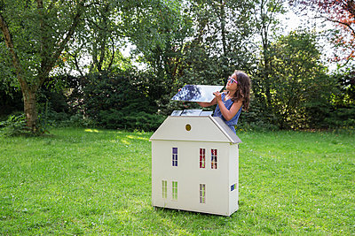 Child showing how to make your house more sustainable - p1231m2291903 by Iris Loonen