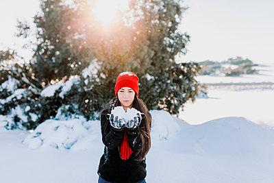 Perales de tajuna, Madrid, Spain. Young woman enjoying the snow in the countryside - p300m2256339 von Manu Reyes