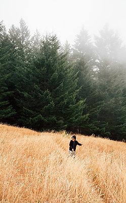 Boy in foggy field landscape, Fairfax, California, USA, North America - p429m1504798 by JFCreatives