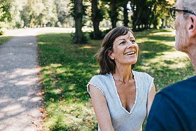 Reifes Paar trifft sich im Park - p586m1171840 von Kniel Synnatzschke