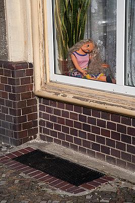 Plastik-Puppe mit abgeknicktem Kopf im Fenster - p627m1035359 von Christian Reister