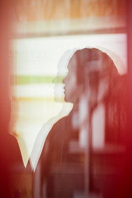 Frau am Fenster - p1411m2103862 von Florent Drillon