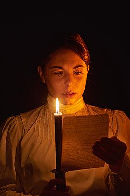 Altmodische Frau liest einen Liebesbrief - p1540m2128431 von Marie Tercafs