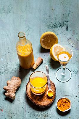 Detox drink, ginger, lemon and orange juice with curcuma and chilli powder - p300m1535974 by Susan Brooks-Dammann
