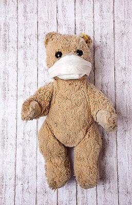 Teddybär mit Mundschutz - p382m1185304 von Anna Matzen