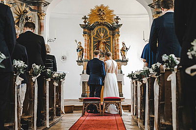 Wedding couple in the curch - p680m2177526 by Stella Mai