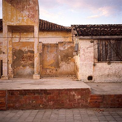 Hausfassade am Meer - p9791928 von Kriwy