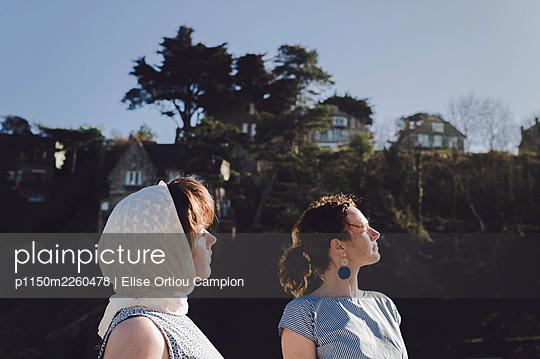 Two women enjoying the sun, portrait - p1150m2260478 by Elise Ortiou Campion