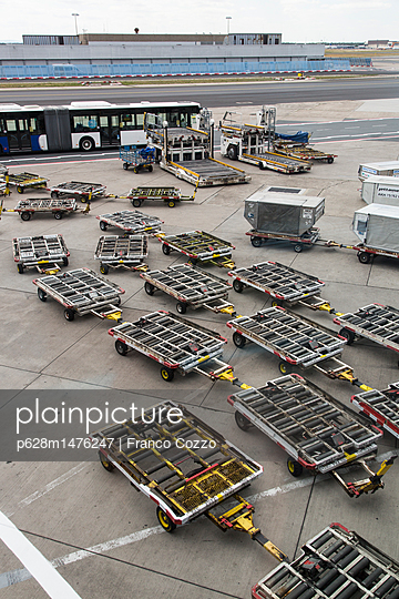 Airport ground with trailers in Singapore - p628m1476247 by Franco Cozzo