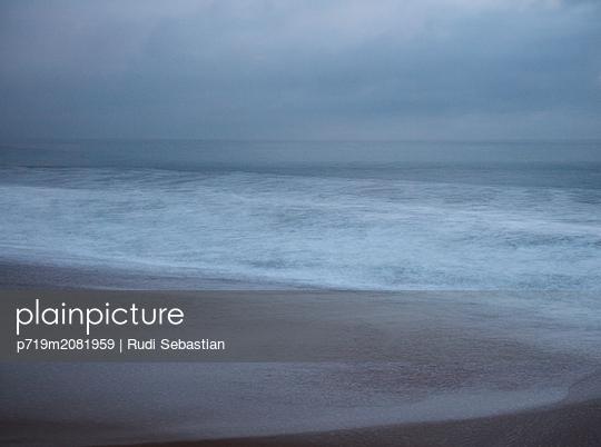 Strand und Wellen in Nazaré - p719m2081959 von Rudi Sebastian