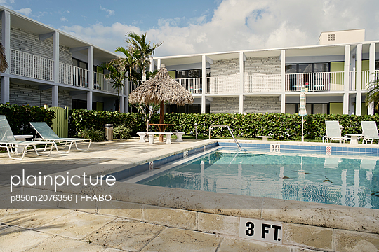 Deck chairs near the swimming pool - p850m2076356 by FRABO