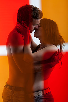 Paar küsst sich - p105m917855 von André Schuster