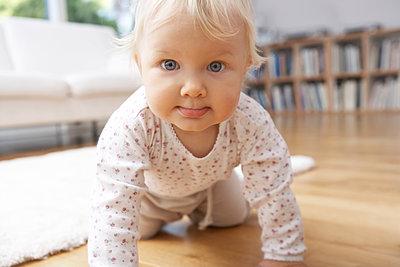 Baby krabbelt - p1348m1497636 von HANDKE + NEU