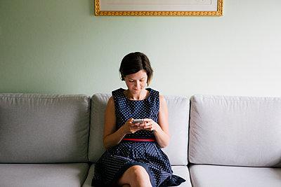 Frau mit Smartphone - p1357m2109293 von Amadeus Waldner