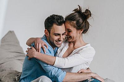 Junges Paar umarmt sich - p586m1178694 von Kniel Synnatzschke