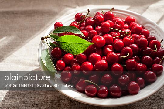 Teller voll mit frischen Kirschen - p1412m1584171 von Svetlana Shemeleva