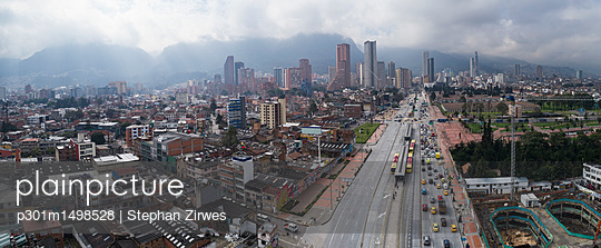 Aerial view of cityscape against sky, Bogota, Columbia - p301m1498528 by Stephan Zirwes