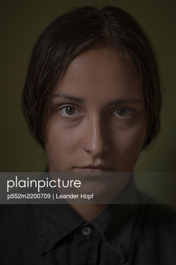 Young woman with nose piercing, portrait - p552m2200709 by Leander Hopf