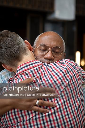 Gay couple embracing, portrait - p817m2291149 by Daniel K Schweitzer
