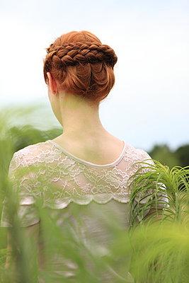 Frau in der Natur - p045m1044144 von Jasmin Sander