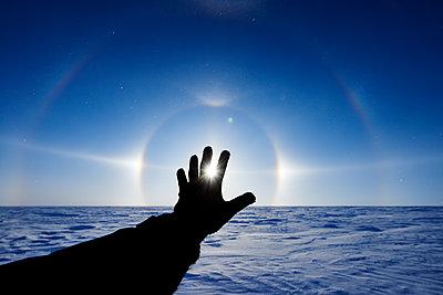 Silhouette of hand in Spitzbergen  - p1203m1189786 by Bernd Schumacher