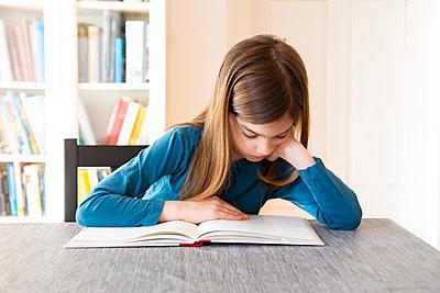 Girl reading a book - p300m2104198 by Larissa Veronesi