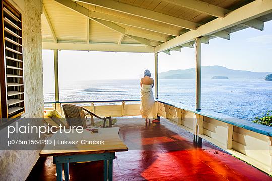 Frau auf der Terrasse eines Hotel - p075m1564299 von Lukasz Chrobok