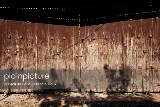 Weathered wooden gate in Duong Lam Village - p934m1022308 by Francis Roux photography