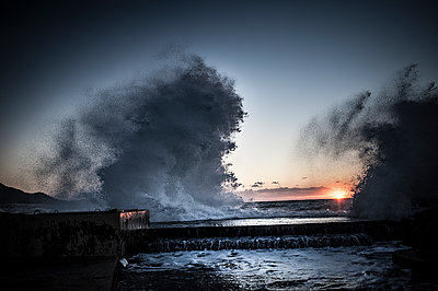 Wave splashing at sunset - p1007m1134143 by Tilby Vattard