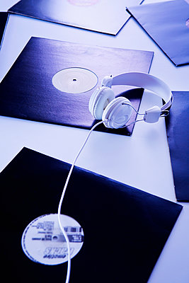 Schallplatten und Kopfhörer - p1149m2021185 von Yvonne Röder