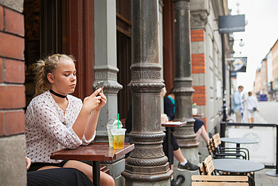 Teenage girl at cafe in Stockholm, Sweden - p352m1523544 by Serny Pernebjer