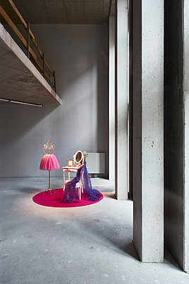 Make-up table in concrete building - p851m2077330 by Lohfink
