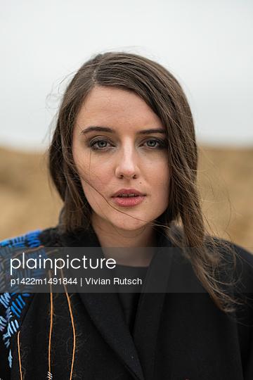 Portrait einer jungen Frau - p1422m1491844 von Vivian Rutsch